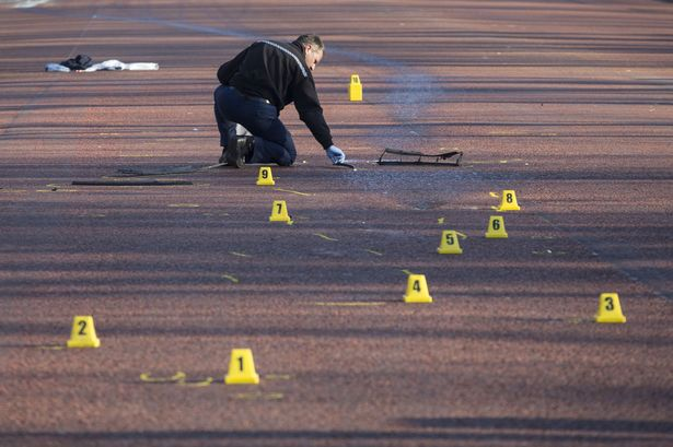 Эксперт трасолог работает на месте аварии