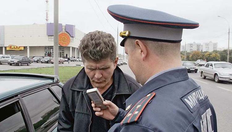 Инспектор остановил водителя с подозрением на наличие алкоголя в крови.