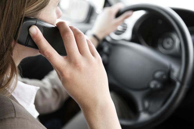 Штраф за разговор по телефону во время движения автомобиля может получить водитель
