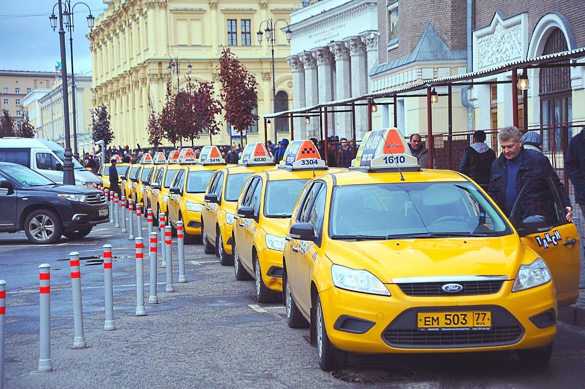 Стоянка такси - одинаковые желтые машины